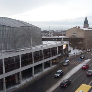 Åbo konserthus och Aningaisgatan en grå, snöslaskig januaridag.