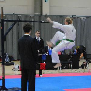 En man hoppar för att kunna sparka så högt som möjligt.