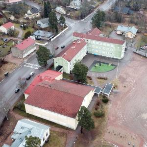 En flygbild av de finska skolorna i Karis.