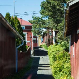 Den trähuskantade Kattpiskargränd i Kristinestad