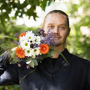Tanssiva karhu -runopalkinnon voittaja 2020 runoilija Matti Kangaskoski
