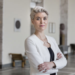 Susanna Koski valtiosalissa eduskunnassa.