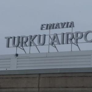 Skylt vid Åbo flygplats.