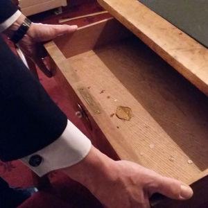 En mässingsplatta inne i skrivbordslådan visar att skrivbordet är tillverkat i Stockholm.