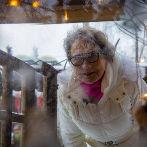 Leena Kaijansinkko tonttumökkinsä ovella.