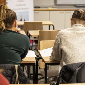 Opiskelijoita Venäjän kielen tunnilla.