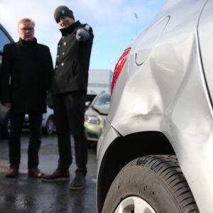 Vakuutusyhtiön väki tutkii auton kolhua