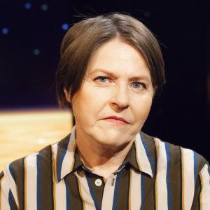 Politiker Heidi Hautala med randig klänning i tv-studion.