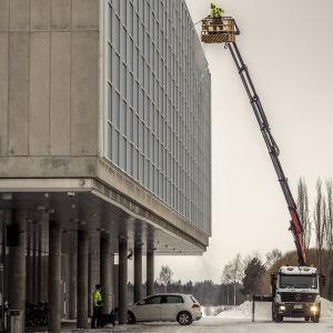 Oulun kaupunginteatterin ikkunoista pyyhkäistään lumi pois