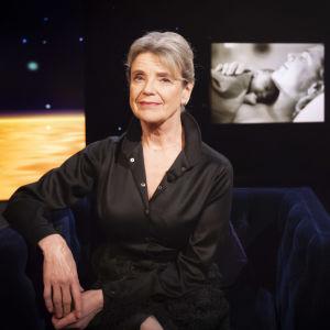 Skådespelaren Stina Ekblad i Daniel Olins studio.