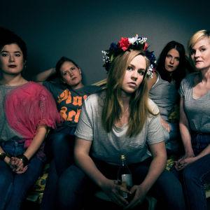 Naisten juhlan näyttelijät Aksa Korttila, Ella Lahdenmäki, Iida-Maria Heinonen, Anna Paavilainen, Mona Kortelampi