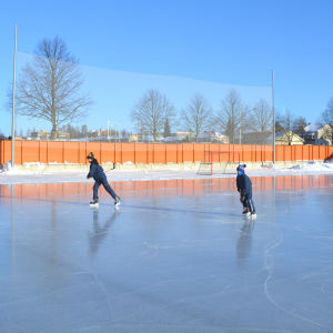 Två barn spelar ishockey