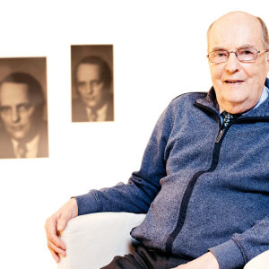 Jacob Söderman sitter i en stol med egna gamla valaffischer i bakgrunden
