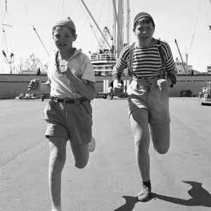 Pertsa ja Kilu juoksevat kohti kameraa
