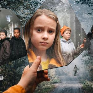 Huvudbilden för dramserien Spegelvägen. Seriens huvudpersoner syns i spegelskärvor i en mystisk miljö.
