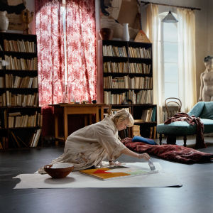 Tove (Alma Pöysti) målar på golvet i sin ateljé.