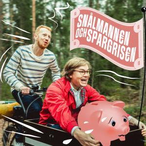 """Joni och Elias cyklar med en spargris i bagaget och en flagget på höjd med texten """"Snålmannen och Spargrisen""""."""