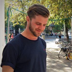 Otto Donner utanför Svenska Teatern i Helsingfors