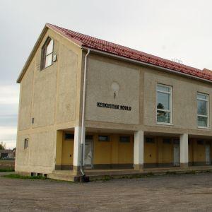 Kauhavan vanha, käytöstä poistunut koulu keskustassa.