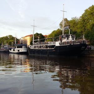 Resataurngbåtarna Papa Joe, Cindy och Svarte Rudolf i Aura å.