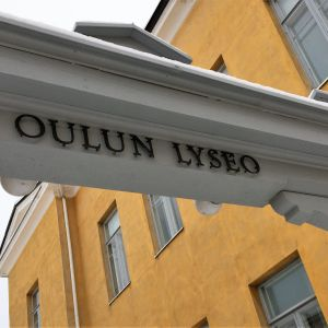 Oulun lyseon portti.