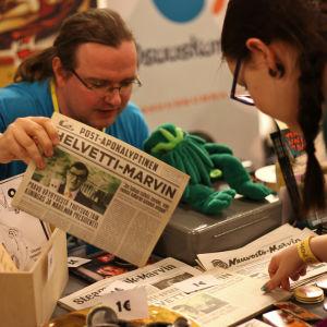 Försäljningsbord av fanzines på Popcult Helsinki 2015.