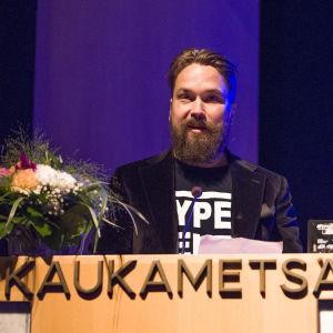 Tanssiva karhu-raadin puheenjohtaja Jukka Viikilä Kaukametsän salissa Kajaanissa Runoviikolla