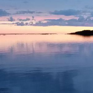Stilla blått hav i skymningsljus