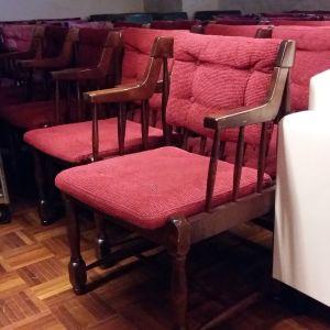 Stolar som ska auktioneras ut från Svenska klubben i Åbo.