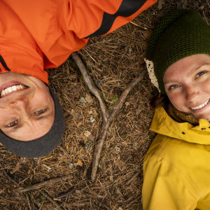 Nora och Johan Gullmets i skogen.