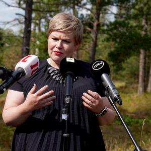 Annika Saarikko puhuu haastattelussa.