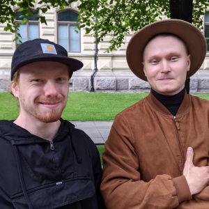 vasemmalla Mika Kuusisto ja oikealla Juho Karvinen ovat tulleet Tampereelta saakka Ilja Repinin näyttelyyn Helsignin Ateneumiin