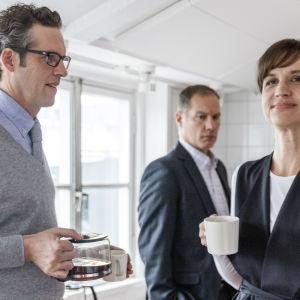 Niklas Engdahl och Petra Mede i dramaserien Bonusfamiljen.