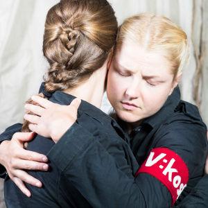 Maija (Oona Airola) ja Sigrid (Helmi-Leena Nummela) syleilevät KOM-teatterin näytelmässä Veriruusut