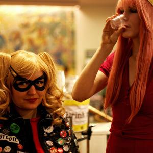 Två utklädda flickkompisar på Popcult Helsinki 2015.