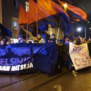 Helsingfors utan nazister går längs med en gata med banderoller.