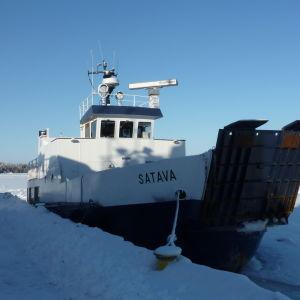 Förbindelsebåten Satava i februari 2011.