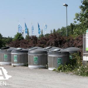 Avfallstunnor vid sopinsamlingsplats