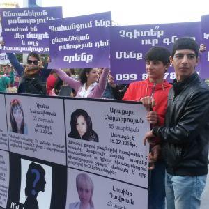 Demonstranter med plakat i centrum av Jerevan, Armenien