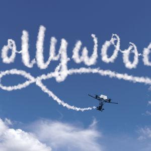 Pikkukopteri lentää ja piirtää Hollywood-tekstin taivaalle.
