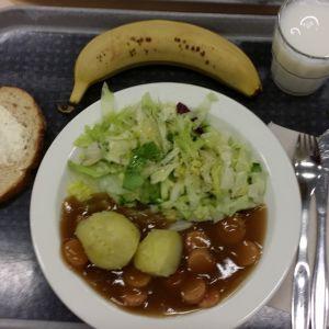 Lautasella perunaa ja soijanakkikastike.