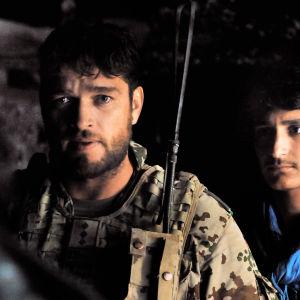 Jesper (Ronald Zehrfeld) ja Tarik (Mohsin Ahmady) elokuvassa Maailmojen välissä