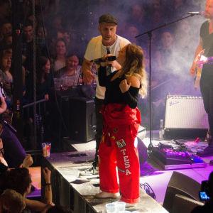 Markoolio och sångerska ur publiken