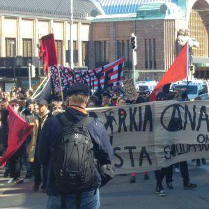 Anarkister demonstrerar i Helsingfors 1.5.2016