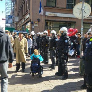 Många hade kommit för att se anarkisternas marsch i Helsingfors 1.5.2016