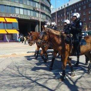 Ridande polisen övervakar anarkisternas demonstration i Helsingfors 1.5.2016