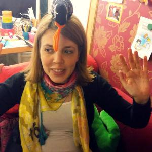 Sanna Sofia Vuori balanserar ett mjukisdjur på huvudet
