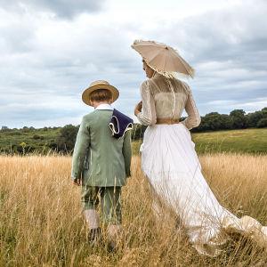 Jack Hollington ja Joanna Vanderham elokuvassa Sanansaattaja