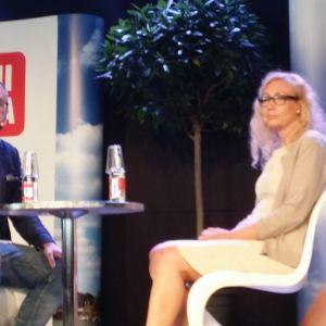 Tuomas Enbuske, redaktör, och Anneli Auer på Finlandsarenan i Björneborg