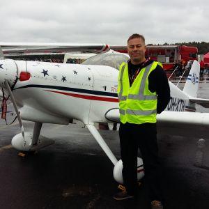 Timo Hyvönen står vid sitt Van's Aircraft RV-6 flygplan på Malms flygplats.